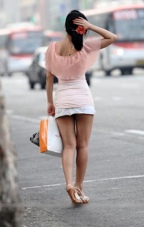 【街撮り】韓国の街中に蔓延る美脚美女を盗撮する犯罪者が撮影したモノwwwwww・9枚目