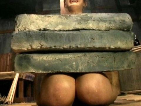 【SMエロ】地獄の「石抱き拷問」とかいう理解できないプレイ・・・(33枚)・1枚目