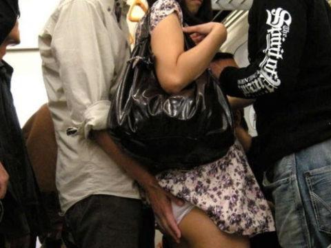 【エロ画像】集団で1人の女性をセクハラしてる極悪集団が撮影される・・・
