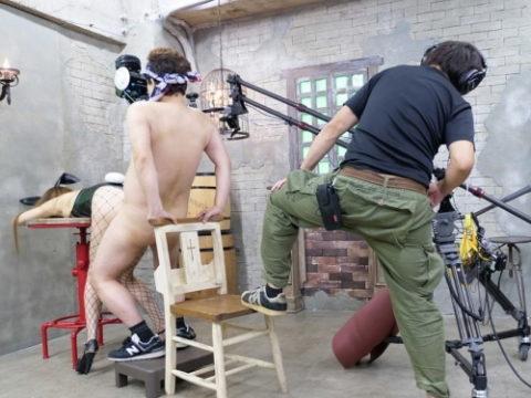 """【AV画像】""""VR""""のAV撮影現場の光景がこちら。勃起する男優に称賛wwwwww"""
