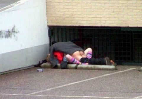 【エロ画像】金無しバカップル、昼間から青姦して撮影されるwwwwww・1枚目