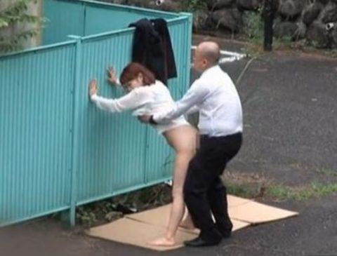 【エロ画像】金無しバカップル、昼間から青姦して撮影されるwwwwww・10枚目