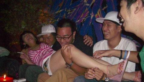 【エロ画像】中国のカラオケバー、エロエロやけど感染は覚悟やでwwwwwww・13枚目