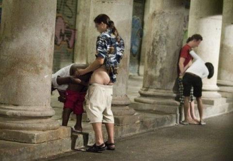 売春婦が路上で仕事してる風景を撮影したエロ画像。日本ではありえないwwwww・13枚目