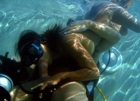 【エロ画像】性欲の為に命を懸ける男女がこちら。射精か溺死…・15枚目