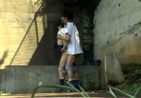 【エロ画像】金無しバカップル、昼間から青姦して撮影されるwwwwww・16枚目