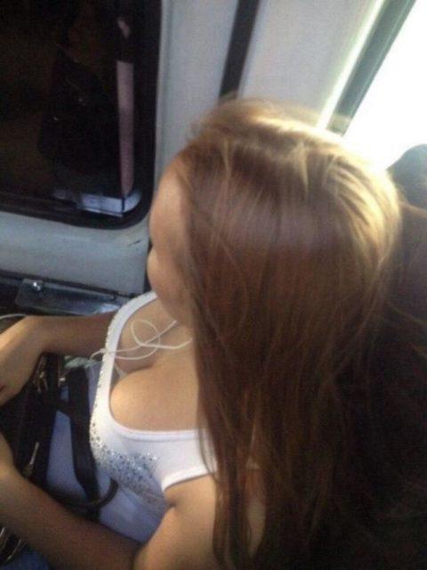【盗撮画像】電車・バスで胸元が無防備すぎる女を上から撮った結果wwwwww(36枚)・22枚目