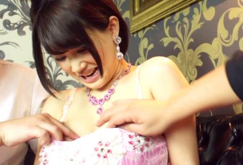 【エロ画像】キャバ嬢さんおっぱいをガッツリ揉まれても笑顔で受け流すセクハラ画像wwwww・23枚目