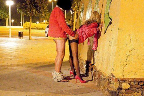 売春婦が路上で仕事してる風景を撮影したエロ画像。日本ではありえないwwwww・23枚目