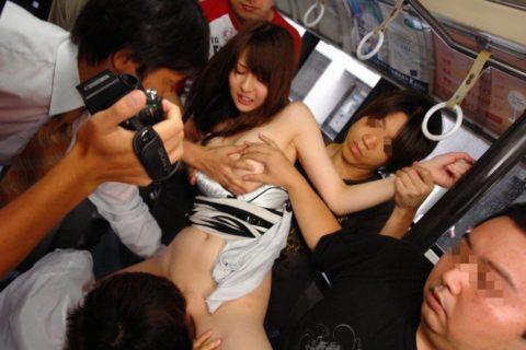 【エロ画像】集団で1人の女性をセクハラしてる極悪集団が撮影される・・・・24枚目