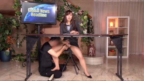 女子アナウンサーが本番中にエッチなイタズラ。さすがにこれはアウトーーwwwwww(画像あり)・26枚目
