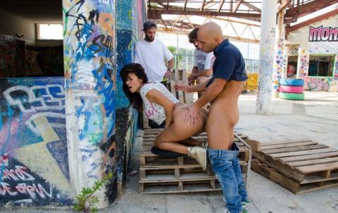 売春婦が路上で仕事してる風景を撮影したエロ画像。日本ではありえないwwwww・28枚目