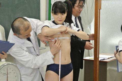 【おっぱい】身体測定の時にメジャーでバストサイズを測る先生の悪意wwwwww・28枚目