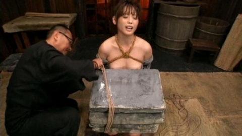 【SMエロ】地獄の「石抱き拷問」とかいう理解できないプレイ・・・(33枚)・28枚目