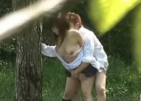 【エロ画像】金無しバカップル、昼間から青姦して撮影されるwwwwww・3枚目