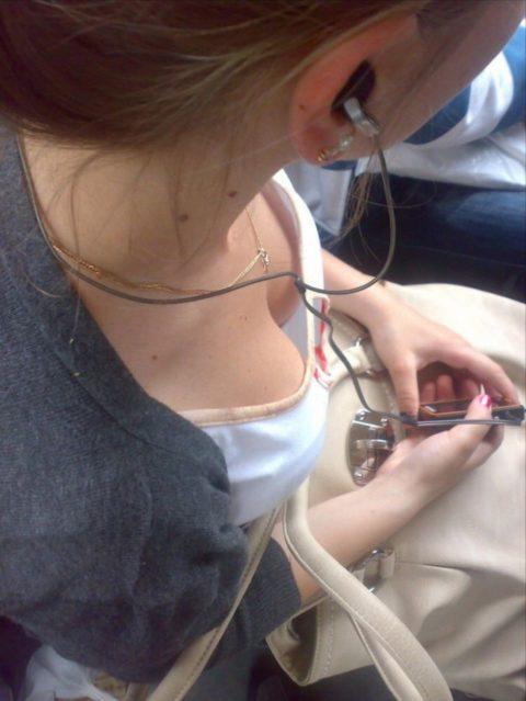 【盗撮画像】電車・バスで胸元が無防備すぎる女を上から撮った結果wwwwww(36枚)・30枚目