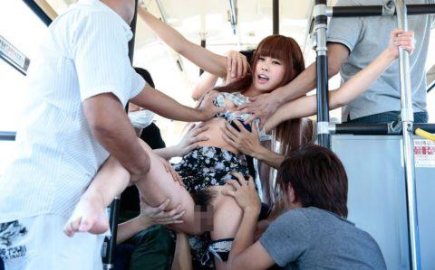 【エロ画像】集団で1人の女性をセクハラしてる極悪集団が撮影される・・・・4枚目