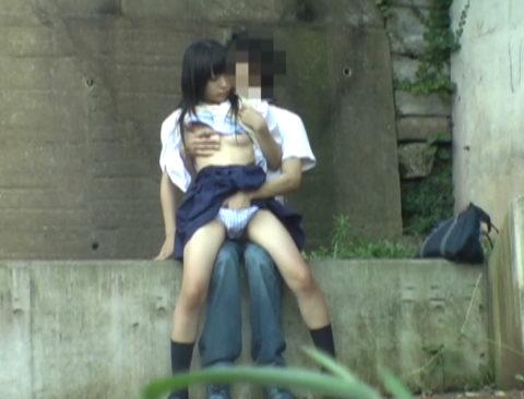 【エロ画像】金無しバカップル、昼間から青姦して撮影されるwwwwww・5枚目