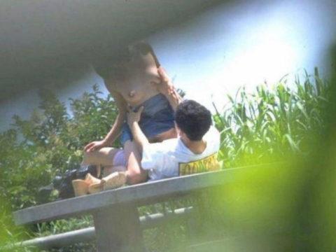 【エロ画像】金無しバカップル、昼間から青姦して撮影されるwwwwww・6枚目