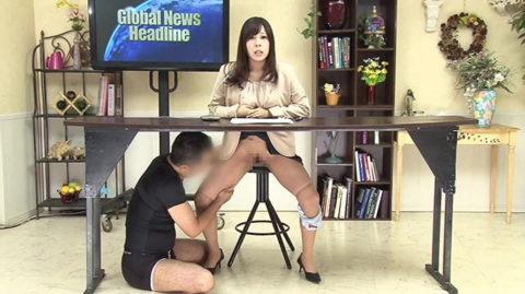 女子アナウンサーが本番中にエッチなイタズラ。さすがにこれはアウトーーwwwwww(画像あり)・7枚目
