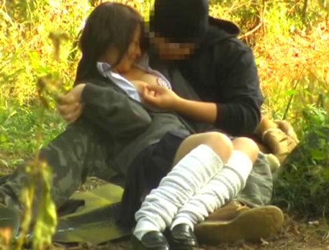 【エロ画像】金無しバカップル、昼間から青姦して撮影されるwwwwww・8枚目