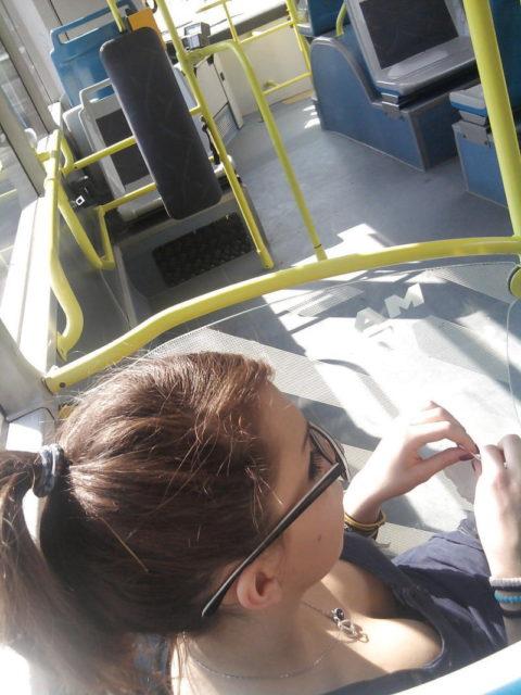 【盗撮画像】電車・バスで胸元が無防備すぎる女を上から撮った結果wwwwww(36枚)・9枚目