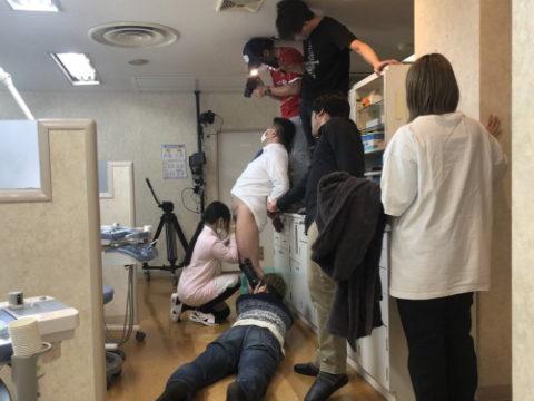【エロ画像】AVの撮影現場(日本)この状況で勃起できるってスゲーよなwwwwww・1枚目