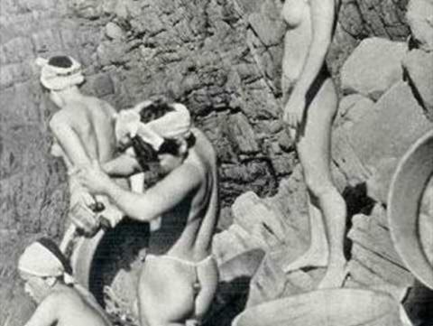 【エロ画像】貴重なエロ画像。昔の「海女さん」ガチ全裸で仕事してたwwwwww・1枚目