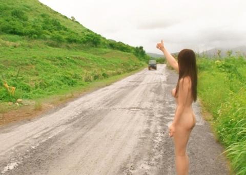 【野外露出】大胆不敵なド変態女さん、こんな所ではアカンでしょーwwwwww(エロ画像)・1枚目