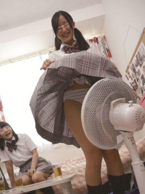 【エロ画像】暑くなったら家庭内で見れる光景がこちら。妹やったら興奮するんやろ?wwwww・9枚目
