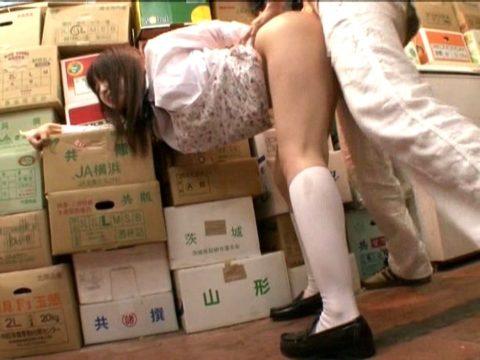 【エロ画像】店内でセックスする男女。堂々としすぎて狂ってるわ。。・10枚目