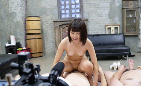 【エロ画像】AVの撮影現場(日本)この状況で勃起できるってスゲーよなwwwwww・11枚目