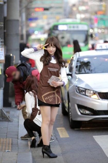 【エロ画像】韓国女子が超ミニスカでバイトしてる店で撮影されたエロ画像がこれwwwwww・11枚目
