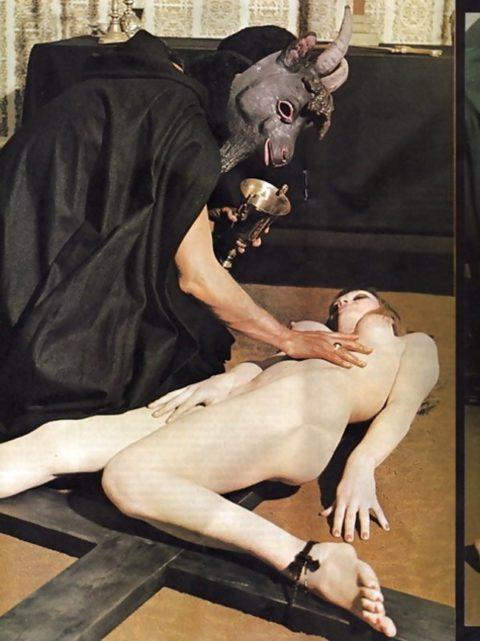 【エロ画像】オカルト教団が行う生贄の「儀式」思いの外エッチやったwwwwww・13枚目