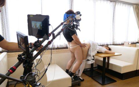 【エロ画像】AVの撮影現場(日本)この状況で勃起できるってスゲーよなwwwwww・13枚目