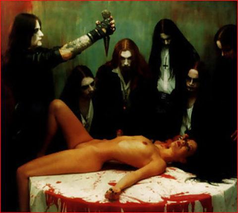 【エロ画像】オカルト教団が行う生贄の「儀式」思いの外エッチやったwwwwww・14枚目