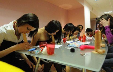 【ロシア エロ】ガチで存在する「フェラチオ教室」授業内容がこれ。サイコーwwwww・15枚目