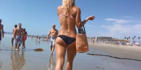 【尻フェチ】海で撮影された「ハミ尻・Tバック」撮ったヤツ有能すぎwwwwwww・15枚目