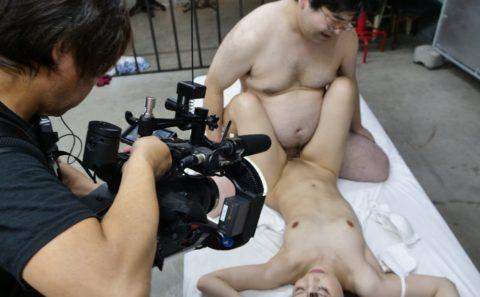 【エロ画像】AVの撮影現場(日本)この状況で勃起できるってスゲーよなwwwwww・15枚目