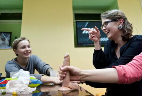 【ロシア エロ】ガチで存在する「フェラチオ教室」授業内容がこれ。サイコーwwwww・16枚目
