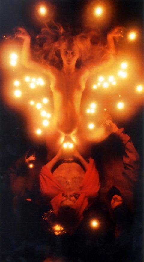 【エロ画像】オカルト教団が行う生贄の「儀式」思いの外エッチやったwwwwww・17枚目