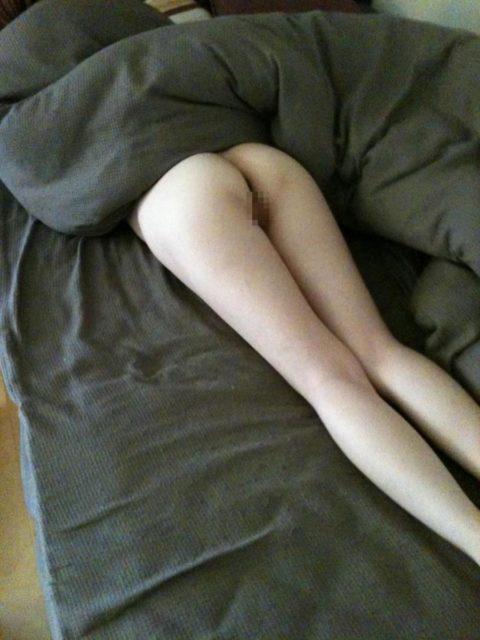 「マンコ丸出し」で寝てしまった事後の女性たちが撮影された写真まとめ。(エロ画像)・17枚目
