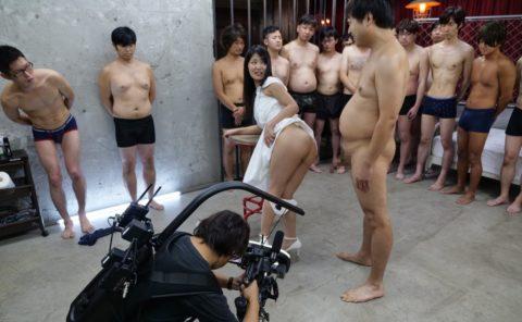 【エロ画像】AVの撮影現場(日本)この状況で勃起できるってスゲーよなwwwwww・17枚目