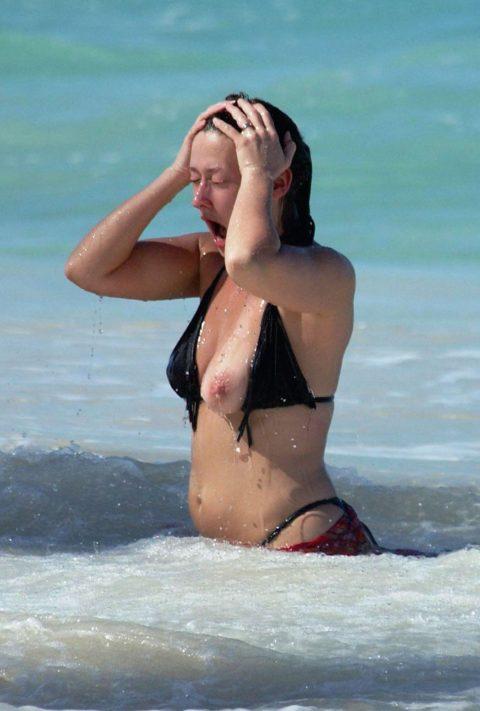 【ポロリ画像】知らぬ間にポロッと出ちゃった女さん一瞬を撮影されるwwwwww(エロ画像)・18枚目
