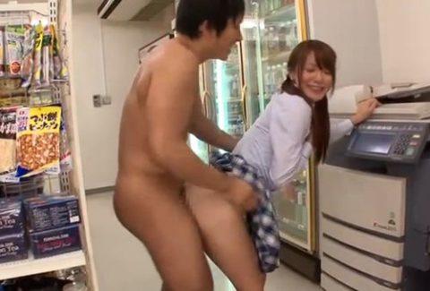【エロ画像】店内でセックスする男女。堂々としすぎて狂ってるわ。。・20枚目