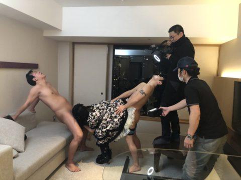 【エロ画像】AVの撮影現場(日本)この状況で勃起できるってスゲーよなwwwwww・21枚目