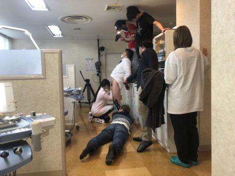 【エロ画像】AVの撮影現場(日本)この状況で勃起できるってスゲーよなwwwwww・22枚目