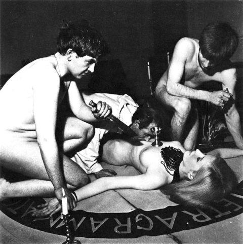 【エロ画像】オカルト教団が行う生贄の「儀式」思いの外エッチやったwwwwww・25枚目