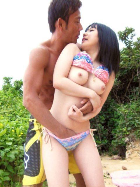【エロ画像】夏になった増えるビーチセックス日本版がエロかったwwwwww・25枚目