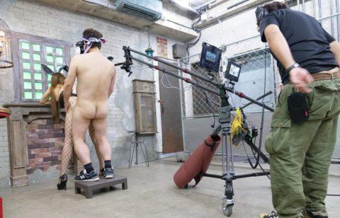 【エロ画像】AVの撮影現場(日本)この状況で勃起できるってスゲーよなwwwwww・25枚目